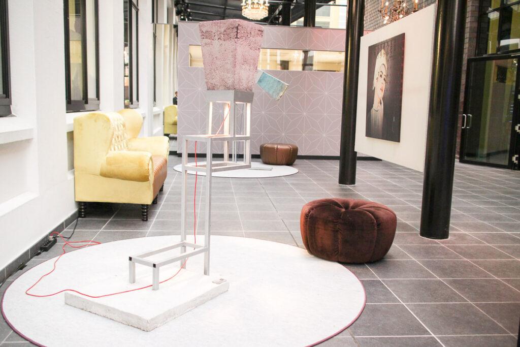 Inntel Art Hotel Eindhoven: installazione di artisti locali nel disimpegno del piano terra